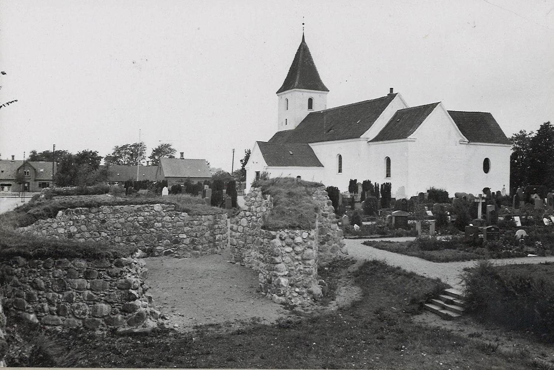 Malling Kirke med fæstningen. Foto ca. 1950