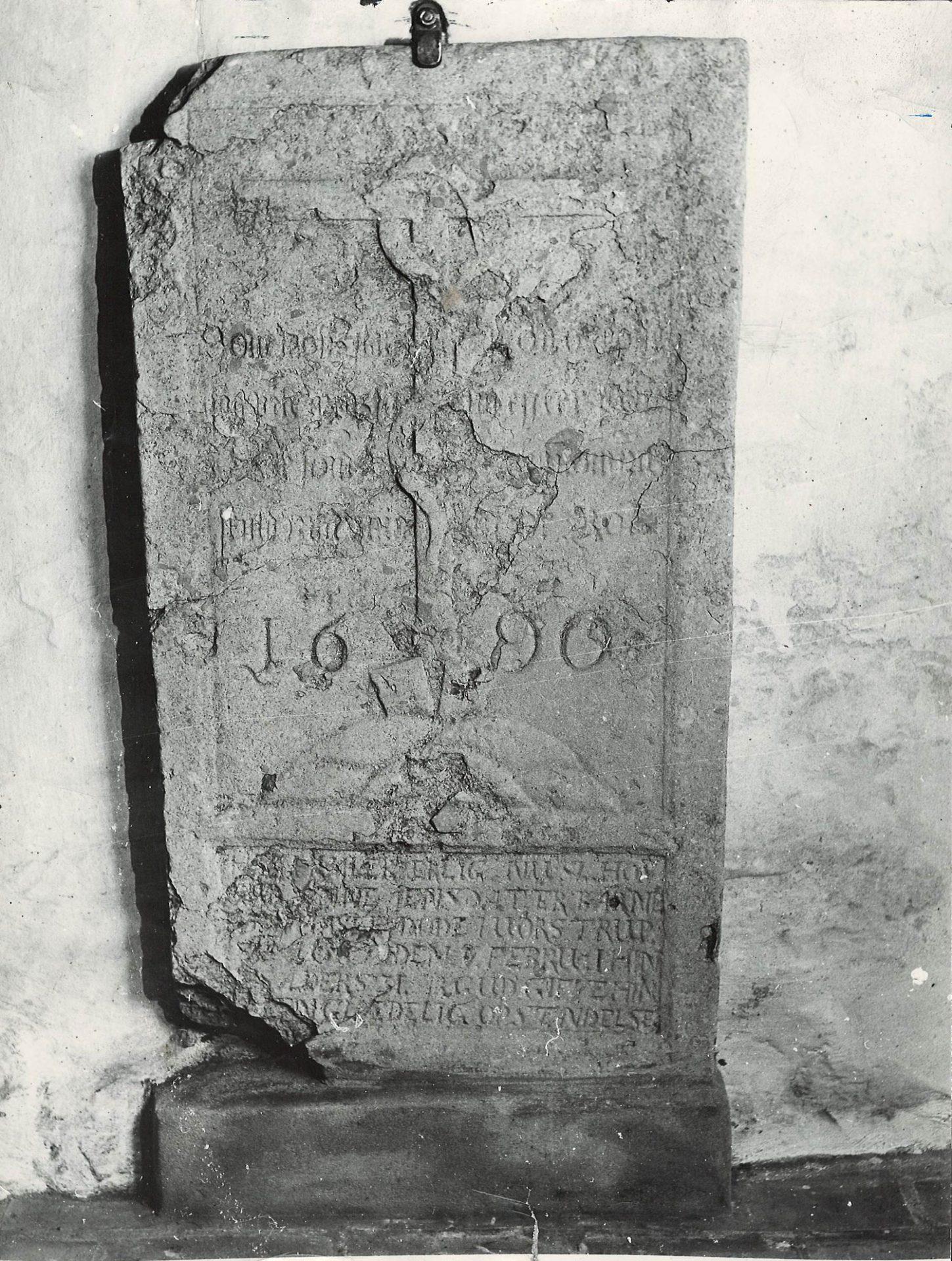Ligsten/gravsten fra 1690. Foto 1960.
