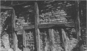 Den gamle lade nedrevet og en ny opført. Læg mærke til fletværket fra de gamle lerklinede vægge . 1950