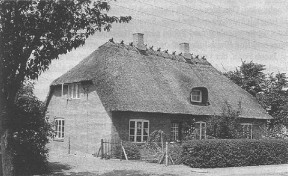 Huset mellem smeden og gadekæret i Beder. Her var telefoncentral fra 1916 til 1943. Huset nedrevet ca. 1958