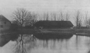 """Jacob M. Foghs gård, mens den lå ved bydammen i Beder. Nedrevet i 1897 og opført på marken, det nuværende """"Engdal""""."""