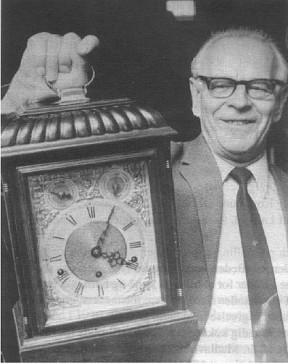 Magnus Jensen med et af de ure, han samlede på. Uret er et engelsk Lygteur.