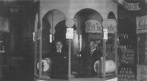 Malling Håndværker- og Borgerforenings messe på Malling Kro ca. 1930. Sadelmager Jørgen Jensen og murermester Christian Andersen.