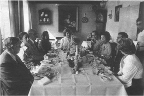 Prominente gæster fra shahens hof i Persien spiste frokost på Malling Kro i 1977.  I døren Anne Lise Jensen.