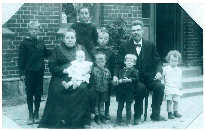 Murer S. K. Sørensen og Karoline med børnebørn