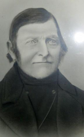 Christen Sørensen ca. 1880. Frisuren er halvlang med lav sideskilning og bakkenbarter. Ligesom Ane er det også en lidt gammeldags frisure.