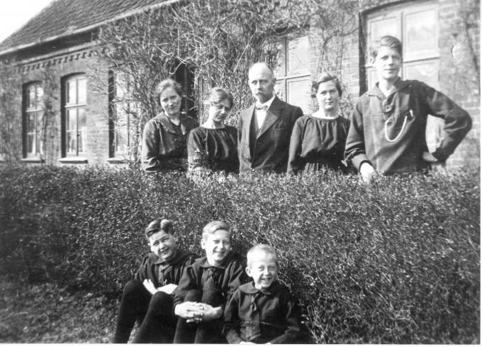 Dybkjær med familie: personerne er: Johanne Ingemann Jensen, husbestyrerinde Ole Dybkjær og børnene Astrid, Marie, Jens Christian, Gunnar, Tage og Ovar. Foto 1919