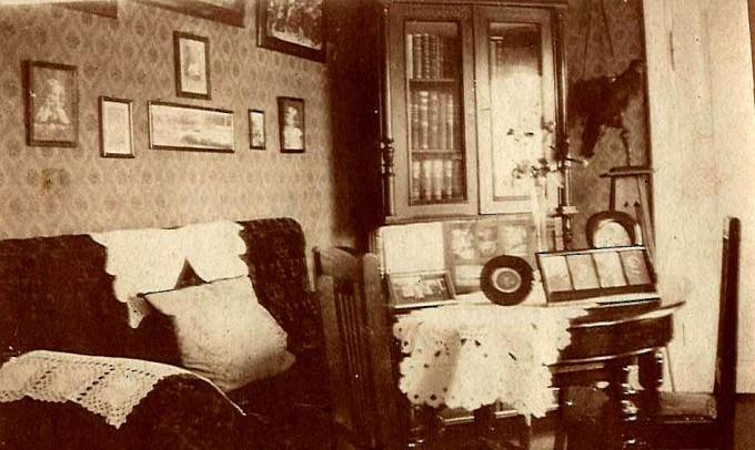 Interiør fra Vestergade 6 ca. 1950. Bemærk de hæklede skånestykker på sofaens arm og ryglæn
