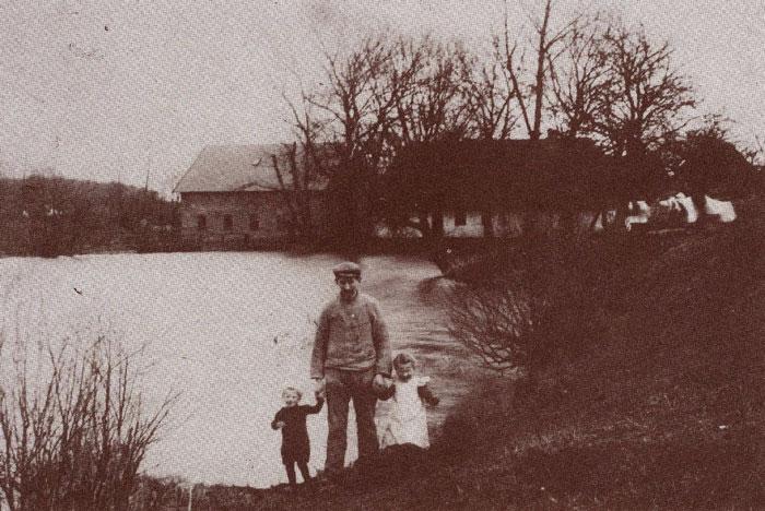Fulden Mølle ca. 1910. Den ret store mølledam blev i den tørre tid brugt som vandreservoir. Møllen blev drevet efter ret store forhold for den tid af gårdmand Peder Pedersen, Fulden. Kundebetjeningen foregik så langt væk som Fløjstrup og Hørret. På billedet ses møllersvend Ingvar Nielsen, formentlig med sine to børn. Han byggede senere en motormølle i Mårslet