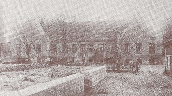 """""""Karensminde"""", Pøelsgårdsvej 11. Gården er oprettet i årene 1866-70 af købmand Niels Jensen, Malling, der samlede den af mindre ejendomme. Han afhændede den i 1901 til sin svigersøn. Hovedbygningen er opført i 1866. Avlsbygningerne er bygget i kampesten efter en brand i 1929. Købmand Niels Jensen var en meget initiativrig mand og var blandt andet med til at starte Malling Landbrugsskole"""