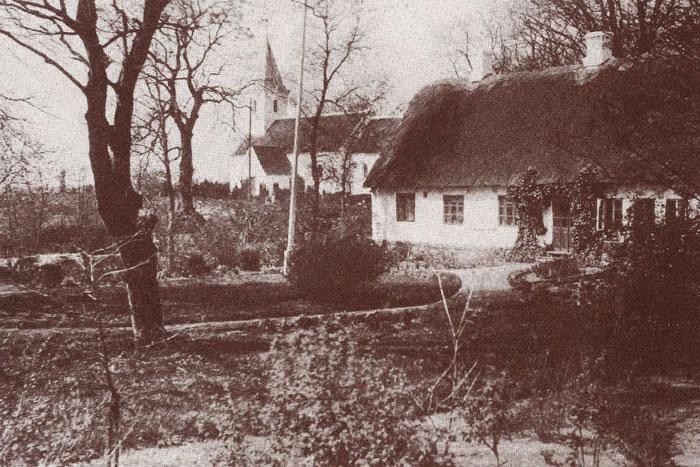"""Den gamle præstegård i Beder, der brændte den 27. oktober 1944. Den blev bygget af præsten Michael Hasle (præst i Beder-Malling 1787-1816) i slutningen af 1700-tallet som en lukket firelænget gård. I den nuværende konfirmandstue er indsat en bjælke fra det gamle stuehus, hvori der er indridset """"17MH - KM93"""" = Michael Hasle og hans kone Kirsten Møller"""