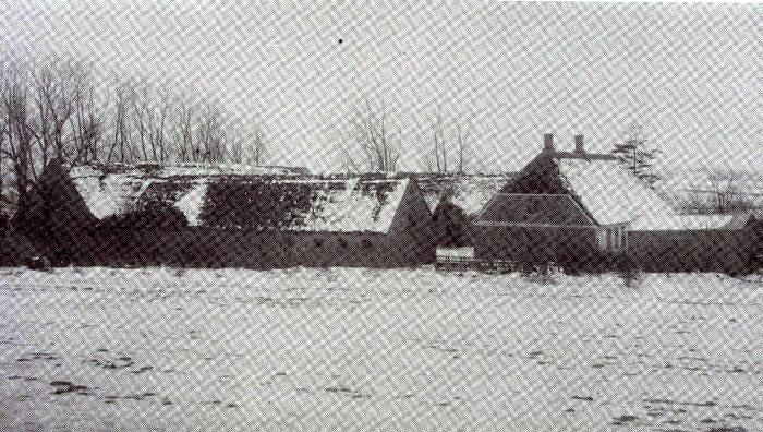 """""""Sørensminde"""", Pedholt, ved vintertide omkring 1900. Gården ejes i dag af Birthe og Bent Nielsen. De overtog gården i 1961 efter Bent Nielsens far, Thomas Nielsen, der overtog den efter sin far, Poul Nielsen, der overtog gården i 1875 efter Anders Nielsen, som udflyttede gården fra Pedholt i 1847. Besætningen på gården i 1949 var 4 belgiske heste til markarbejdet samt 20 køer og 20 ungkreaturer af blandet race samt en del grise. På den tid dyrkede man blandt andet hør. I dag laves alt markarbejde med maskiner, og besætningen er udelukkende grise."""