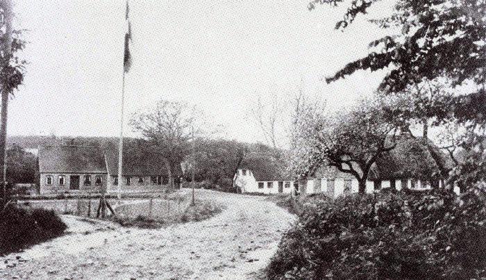 Fulden byanlæg ved indvielsen d. 5. juni 1923. For forholdsvis små midler blev dette anlæg skabt af Fuldens beboere i 1923. Forstander Niels Klougart ledede arbejdet med pladsens omdannelse og beplantning. Det har været et ret hårdt arbejde, da der tidligere var lergrav på stedet, og her løb Fuldens ungdom på skøjter om vinteren. Anlægget blev passet af byens borgere, og mange børn fra Fulden har slået græsplænen