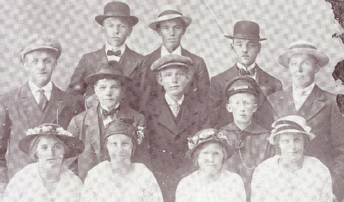 Et herligt billede fra omkring 1918. Bemærk at alle har hatte på. Anledningen kendes ikke, men det kunne være fra et ungdomsgilde, da det dengang var meget almindelig, at blive fotograferet ved en sådan lejlighed. Fra venstre 1. rk.: 1. Cecilie Eskildsen, Fulden, 2. Metha Hansen, Fulden, 3. ? 4. Marie Eskildsen, Fulden. 2. rk.: 1. Jens Rugaard, 2. Søren Marius Christensen, Bymosen, 3. Jørgen Dragsbæk Christiansen, Hanselund, 4. Svend Kristensen, Fulden. 3. rk.: Peder Pedersen, Rughaven, 2. Søren Wendelbo, Fløjstrup, 3. Anton Magnus Christensen, Bymosen.