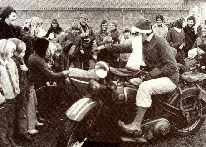 Ved Malling skole 18.-12.-1972. I anledning af julen havde Malling Brugsforening planer em at lade julemanden lande i Malling med en hellkoptor men tåge forhindrede start og landing. I stedet korn julemanden, i lærer Anders B. Nørgårds skikkelse, på en Harley Davidson med sidevogn. Motorcyklen, som er på 1200 cm3 er indregistreret første gang i 1931 af A. B. Nørgårds svigerfar.