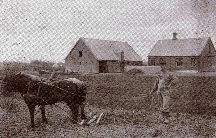 Ejendommen, Fløjstrupvej 110, ca. 1912; Ejendommen blev bygget 1903 af Kirstine og Niels Andersen. Den blev solgt i 1915, hvorefter ægteparret flyttede til Østerskov og senere til Malling. Niels Andersen er i gang med forårsarbejdet. På hesten sidder sønnen Niels Andersen, som blev handelsmand i Malling.
