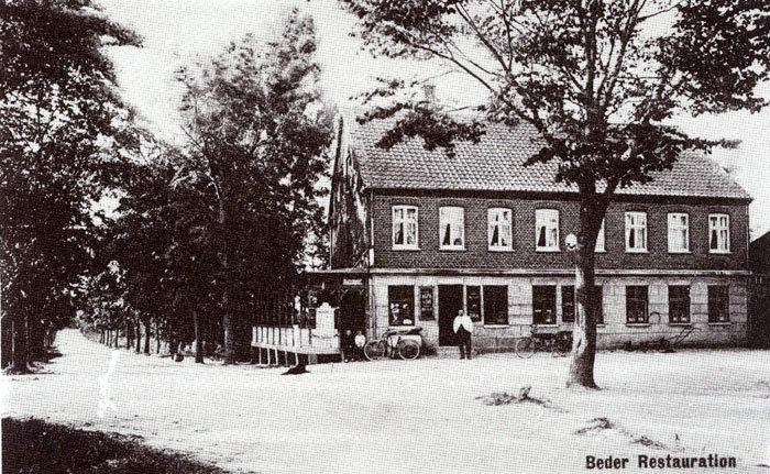 Beder Kro lige efter århundredskiftet: I døren kromanden, Niels Peter Pedersen, som købte kroen i 1895 af Anders Peter Rasmussen. Niels Peter Pedersen drev kroen til sin død i 1933. I 1980 blev kroen solgt og ombygget til ejerlejligheder.