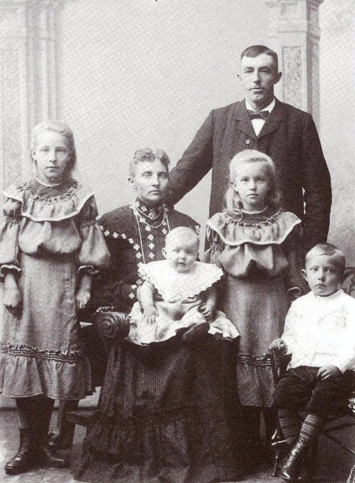 Slagtermester Marius Brixen, Malling, med familie 1905: Marius Brixen startede som slagter i Malling 1894. I 1898 byggede han huset på Bredgade, hvor der stadig er slagterforretning. Sønnen Kristian lærte slagterfaget hos sin far og overtog senere forretningen sammen med sin kone Anna, der var datter af bager Frausing i Malling.