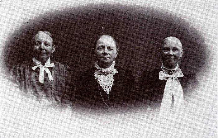 """Søstrene Callisen, Beder, ca. 1915. Søstrene Nicoline, Elisabeth og Vilhelmine var døtre af læge Heinrich Callisen, """"Norslund"""". Efter forældrenes død flyttede søstrene til Beder. De boede først skråt over for kroen, men flyttede først i 30erne længere ned ad landevejen, hvor de boede til leje indtil deres død. Vilhelmine var uddannet spillelærerinde på konservatoriet og havde elever i Beder. Søstrene døde alle i 30erne."""