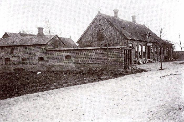 Købmandsgården i Beder (Landevejen 85). Den blev oprettet i 1883 af købmand Niels Olsen, som også ejede den nye kro i Beder. Der var købmandshandel i mange år. Senere blev der smedeværksted, sliberi og blikkenslagerværksted. Ejendommen er nu indrettet til lejligheder.