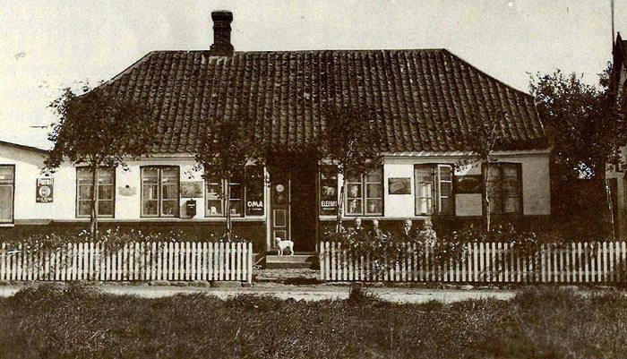 Over Fløjstrup Købmandshandel. Elmosevej 33. Huset ejes i dig af Ove og Grethe Villadsen. Det blev købt af Grethes morfar, Laurits P. Jacobsen i 1891 for 1400 kr. Han og hustruen Severine havde en lille købmandshandel. I 1928 overtog Grethes far og mor, Rasmus og Anna Nielsen butikken. Telefoncentralen for Fløjstrup kom til huset i 1945, og blev automatiseret i 1969. At passe centralen var et heltidsjob, da der kun var lukket jule- og nytårsaften kl. 18-24. Butikken lukkede i 1972. De nuværende ejere købte huset i 1970