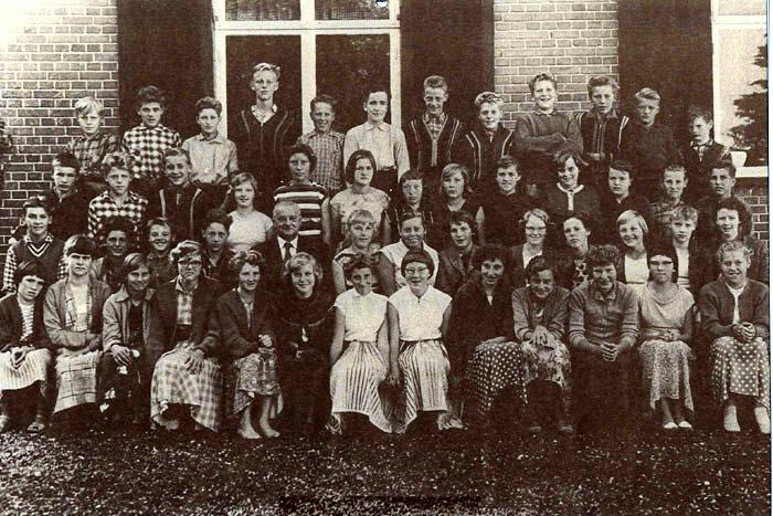 Præstebillede fra 1957. 1. rk. fra v.: I. L. Jepsen, C. Meng, B. Rasmussen, T. Kristiansen, L. Rasmussen, M. Christensen, J. Andersen, B. Schou, B. Viktor, B. Gustavsen, H. Rasmussen, M. Laursen, B. Schou. 2. rk. fra v.: P. Kristiansen, H. Sørensen, N. O. Johansen, E. Sønderby Pouls, pastor A. Skriver A. Hansen, H. Rasmussen, M. Jensen, B. Rasmussen, B. Madsen, A. Lund, I. Aagaard Nielsen, A. Nielsen. 3. rk. fra v.: Frits ?, L. Sørensen, H. J. Thomsen, I. Gisselmann, S. Mogensen, R. Lund, M. Jensen, I. Ekkelund Pedersen, I. Pedersen, A. Andersen, ?, P. Rosenkrantz, J. Sørensen. 4. rk. fra v.: ?, B. Christensen, J. Andersen, L. Nielsen, S. Borgbjerg, O. Madsen, J. Sønderby Pouls, L. Rasmussen, J. Thomsen, B. Hansen, H. Boisen.
