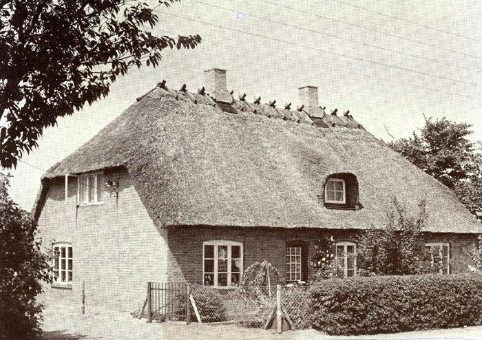 """Dette pæne, gamle hus lå. hvor Damgårdsallé nu udrnunder i Beder Lundevej. Del kaldtes 'Stenhuset"""" og var bygget af gårdejer Mikkel Mikkelsen Fogh. som ville drive bageri i huset. Han ejede også Beder Mølle. I 1860'erne oprettedes en lille købmandsbutik på stedet - vel Beders første. Huset var aftægtsbolig for Mikkel M. Fogh. og senere for hans søn. Jacob M. Fogh. der ejede """"Engdalgaard'. I årene 1916 - 43 havde Beder Telefoncentral til huse her. Huset. der oprindelig var et kampestenshus. blev nedrevet i 1958."""