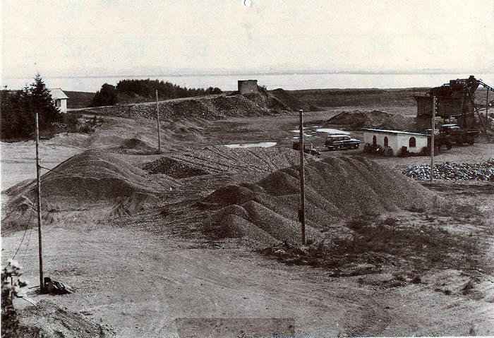 Norslund grusgrav ca. 1952. Vognmand Jens Jensen, Malling, startede gravningen af grus i 1928 og i 1942 overtog sønnen Holger Jensen grusgraven. Grusgraven ligger, som man kan se, tæt op ad Norsminde fjord, og der er i tidens løb fundet masser af rester fra stenalderbopladser bl. a. stenredskaber, potteskår m.m. En del at disse blev samlet af Viggo Loft Nielsen. og denne samling opbevares og kan ses på Beder-Malling Egnsarkiv. Gravningen af grus blev standset i 1969, og i dag er der lystfiskersøer på stedet.