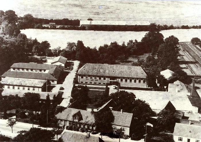 Beder Gartnerskole fra luften 1964. Skolen blev startet i slutningen af 1880eme af en gruppe mænd fra Beder og omegn. det købte 3 tdr. land jord. Den første forstander virkede kun i et par år. Fra 1892 var P. Henriksen forstander indtil skolen blev købt af Niels Klougart i 1913 for 18000 kr. Huset i forgrunden med kvist var den oprindelige bygning, men den blev nedrevet i 1968.