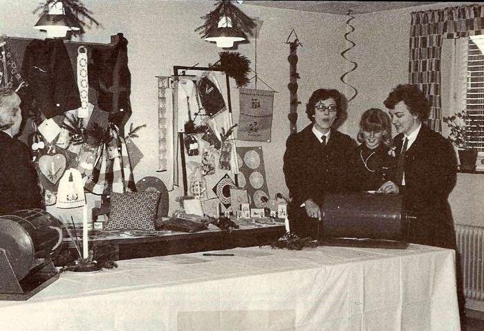 """Pigespejderne i Malling holder julebasar på """"De gamles Hjem"""", nu Plejehjemmet i Malling i 1966. Tombolaen gav for øvrigt et overskud på 1400 kr. til tropsarbejdet, og det var et flot overskud dengang. Ved tromlen ses fra venstre blåmejseleder Inger Færch, spejder Aase Bauning og tropsfører Else Marie Friis."""