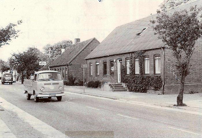 Beder Landevej 67 - omk. 1980. Huset er bygget i 1885 af brygger Jens Peter Petersen som bryggeri, og i mange år efter, at bryggeriet var blevet nedlagt, var der stadig en perron hvor trappen nu er. I |932 blev huset købt af Frederik Karlby. Senere ejede installatør Uffe Michelsen huset, og i 1943 blev hustruen Olga Michelsen bestyrer af Beder Central, men den blev nedlagt pga automatisering i 1970. Huset ejes i dag af Mette: og Anders Nørgaard.