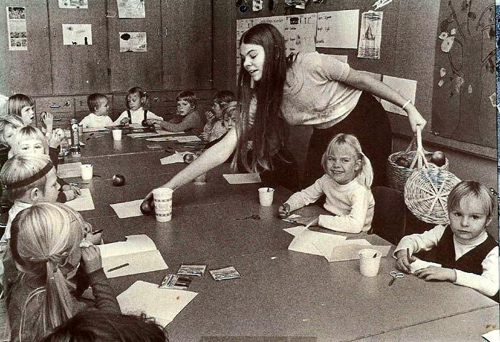 Beder Borgerforenings legestue i Beder Skole, Kirkebakken 41, da den var begyndt i okt. 1971. Else Agergaard deler æbler ud til børnene. Beder Legestue, som nu bruger lokalerne. er en kommunalt Støttet legestue, som også har frivillig arbejdskraft. Desuden bruges lokalerne af dagplejemødrene. så børnene kan mødes med andre end dem, de ser til daglig.