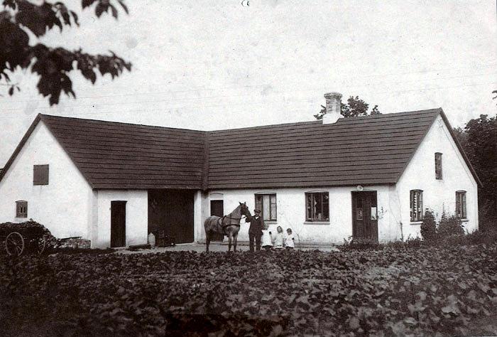 Ajstrup Købmandshandel. Ejendommen er bygget som et husmandssted. Fra omkring 1920 blev der indrettet en købmandshandel i huset. I 1931 købte Marius Jørgensen forretningen og drev den, indtil datteren og svigersønnen Grethe og Henning Povlsen overtog den i 1969. Forretningen blev lukket 1. januar i år.