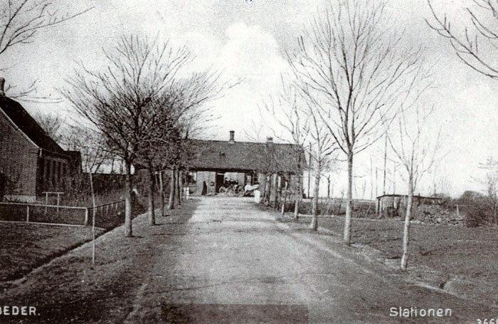 Et billede fra Stationsvej i Beder, taget omkring 1905. Det hus, der ligger så enligt sammen med stationsbygningen, ejes i dag af Klaus Pauls. Det blev bygget i 1900. I 1905 - 08 blev de øvrige grunde på vejen bebygget.