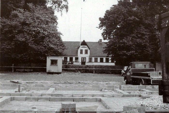 """""""Kristiansgaard"""" i Beder, der snart forsvinder. Gården er købt af Aarhus Kommune til nedrivning. Der skal bygges ældreboliger på stedet. """"Kristansgaard's"""" stuehus er opført i 1853, mens udlængeme er opført i 1912 efter en lynbrand. I 1988 byggede Esther og Ove Jacobsen et aftægtshus, hvoraf fundamentet ses i forgrunden. Huset gav de navnet """"Knstianshus""""."""