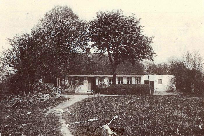 """Denne ejendom havde adressen Bredgade 9 og lå' ved """"Egelund"""". Den nyanlagte petanquebane ligger faktisk, hvor huset lå. Jorden havde matr. nr. 3f og 3g og var i 1878 udstykket fra """"Lundshøjgård"""". Huset blev i 1904 aftægtsbolig for Ane Kirstine Sørensen. Sidste ejer var Christen Ove Christensen, som solgte til Beder-Malling Kommune, efter at det i 1963 var bestemt, at området skulle bruges til fritidsaktiviteter."""