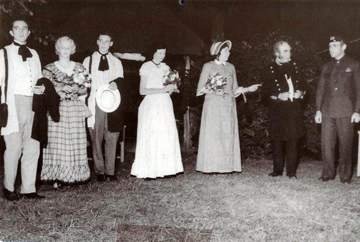 """På Beder Gartnerskole opførte amatørerne fra Beder i 1952 stykket """"Eventyr på Fodrejsen"""". Fra venstre ses: Olaf Engbo Mikkelsen, Inger Aagaard, Ole Therkildsen, Greta Andersen, Gerda Andersen og Edgar Therkildsen, mens de 2 sidste personer er ubekendte."""