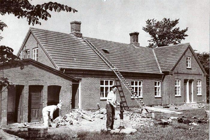 Da skolen Karlslundvej 2 i Neder Fløjstrup blev lukket, blev den ombygget til feriehjem. På billedet, der er fra 1950, er murermester Knud Gisselmann og arbejdsmand Niels Sørensen i gang med arbejdet.