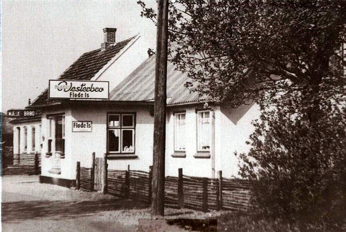 Norsmindevej 199 I huset her indrettede Jens Mikkelsen i 1937 et brødudsalg med varer, leveret af bager Djemæs i Malling. Senere, da Inga og Egon Vendelbo overtog udsalget i 1959, blev det Bondes Bageri i Malling, der leverede brød. Nu ejes huset af Anna og Ole Mikkelsen, der lukkede brødudsalget i 1977.