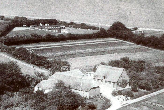 """""""Enghavegaard"""", Drosselvænget ved Ajstrup Strand. Gården er oprettet som et lille fiskersted med 3 trd. land sidst i 1800-tallet. Området kaldes for """"Rughaven"""". Billedet er fra omkring 1960, da Peder Pedersen ejede stedet. Som man kan se, er kun de to feriehjem, som tilhører Oliemøllen og Evnesvages Vel, blevet bygget. Senere blev hele området bebygget med sommerhuse. """"Enghavegaard"""" nedbrændte i 1993 - men er genopført som helårsbeboelse."""