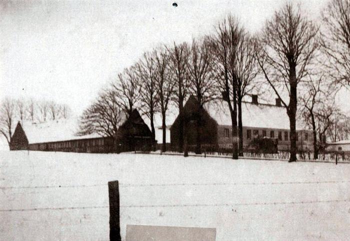 """""""Mallinggaard"""" på Fløjstrupvej i Malling, omkring 1940. """"Mallinggaard"""" har fra tidernes morgen været tvillinggärd til """"Vejlgaarden"""". Begge gårde lå omtrent hvor nu trævarefabrikken """"Ansgar"""" ligger. """"Mallinggaard"""" blev i 1800-tallet flyttet til sin nuværende plads. Gården er overtaget af Århus Kommune, og i oktober 2003 blev det besluttet at rive gården ned. I stedet vil der blive bygget boliger til handicappede."""