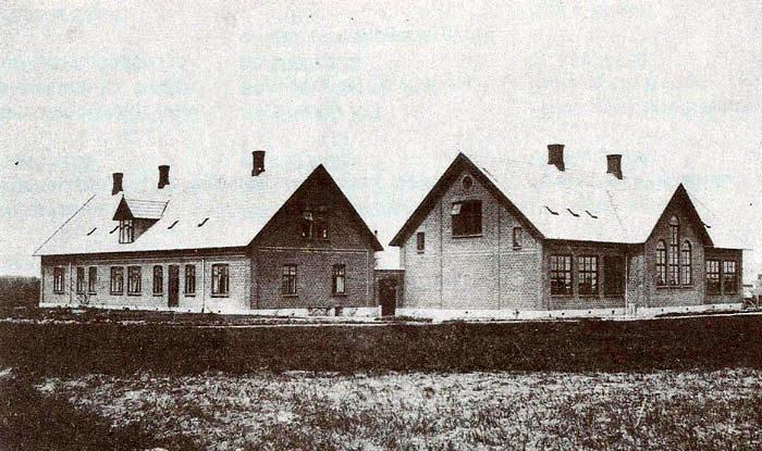"""Malling gl. skole, Tværgade 18, blev bygget i 1908. Bag de store vinduer i midten er der gymnastiksal og i hver ende klasseværelser. På loftet var der teknisk skole, her blev lærlinge undervist om aftenen efter en hård arbejdsdag. Af et bispevisitat fra 1743 fremgår det, at der da var en kirkeskole i Malling. Der har været skoler forskellige steder i byen, indtil denne - efter tidens målestok - store kommuneskole blev bygget. Her var der skole indtil 1959, hvor den nuværende skole på Lundshøjgaardsvej blev bygget. Derefter var der, indtil kommunesammenlægningen i 1970, kommunekontor på stedet. Fra 1972 var der bibliotek indtil 1992. Nu deles """"Det kreative Værksted"""" og """"Egnsarkivet"""" om huset. Til venstre ses lærerboligerne."""