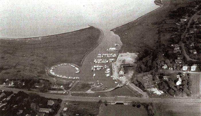 Et luftfoto af Norsminde Havn taget fra fly i forbindelse med optagelsen af den nye videofilm om Beder-Malling i oktober 2000. l år er det 25 år siden, at lystbådehavnen blev indviet. Det skete den 20. maj, selv om anlægget knap nok var færdigt. Alle pladser var lejet ud fra starten, og omkring 40 stod på venteliste.