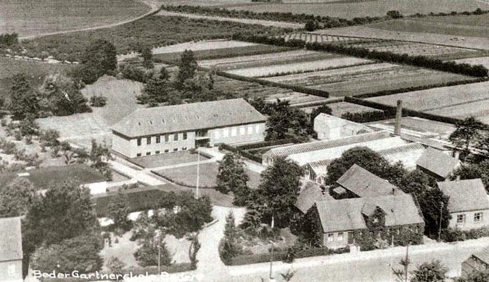 Et luftfoto med kig ud over Beder i 1953, hvor Gartnerskolen ligger smukt ud til de åbne marker. Efterhånden gik udbygningen i gang i Beder i 1960-erne. Også Gartnerskolen blev udbygget i fiere omgange. Den oprindelige skoIebygning blev nedrevet i 1968. | øverste hjørne ses vejen til Vilhelmsborg med Polakhusene.