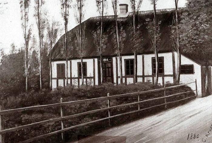 Bredgade 57, Malling. Huset her er bygget i 1868 af Christian Jensen. I 1874 indrettede Malling Forbrugsforening sin første butik i det halve af stuen (se den blændede rude). Christian Jensen blev foreningens første uddeler. Vejen bag huset gik fra hjørnet af Malling Kirkevej - Ajstrupvej og mundede ud i Bredgade, omtrent hvor stien går op til Brugsen. Den nye Ajstrupvej blev anlagt efter at banen var kommet til Malling. Brugsen har altså i år 130 års jubilæum.