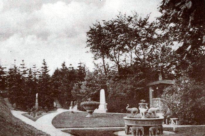 Parti fra haven ved Norsminde kro. I forgrunden ses den roterende elefantgruppe, som Hans W. Alrøe lavede i anledning af sit 25-års jubilæum som maskinfabrikant i 1931. Da den var opstillet kostede det 10 øre at komme ind og se den smukke have.