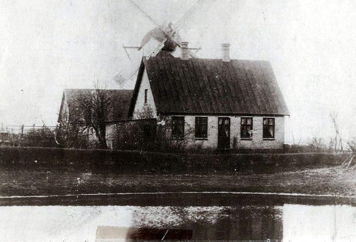 """Vindmøllen i Beder lå lige bag bydammen. Stuehuset ligger der endnu. Der var i midten af 1800-tallet såkaldt """"mølletvang"""", dvs. at bønderne skulle have deres korn malet på godsets møller. Det bekom ikke gårdmanden Mikkel Mikkelsen Fogh ret godt, så han byggede selv en vindmølle på sin jord og ansatte en dygtigmøllersvend, som boede i møllerhuset. Mikkel Fogh solgte møllen i 1869, den brændte omkring år 1910."""