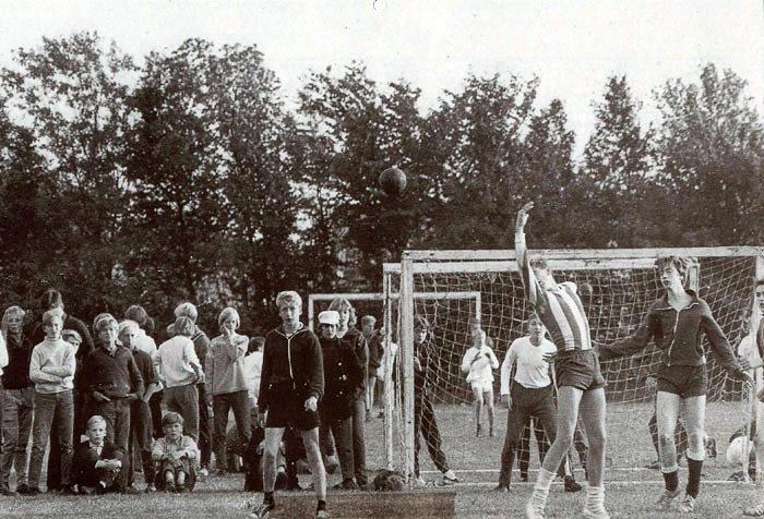 Aarhus Amts Skoleidræt afholder håndboldturnering på sportspladsen ved Beder Skole, d. 20-9-1966. Helt til venstre ses Jørgen Jensen. Som spillere til venstre Bjarne Fynbo og til højre Folke Kelstrup og Jørn Vendelbo. Arkivet vil gerne have hjælp med navnene på andre.