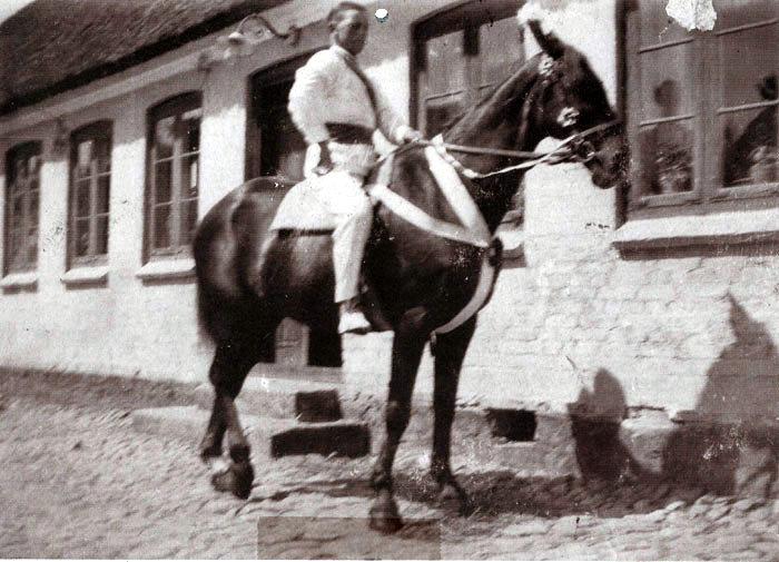 I mange år i l930-eme og 1940-eme var der tradition for at ride fastelavn i Beder-Malling. Her er Henry Elmose klar på den smukt pyntede hest uden for Kristiansgården i Beder.