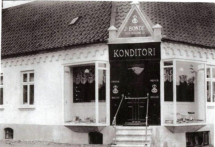 I dette hus har der været bagerivirksomhed siden år 1900, da Malling og Omegns Aktiebageri blev stiftet, det bestod i næsten 20 år. Bager Chr. Mikkelsen havde det i 5 år, indtil Bonde-familien overtog i 1924, Jens Bonde drev forretning og konditori indtil sønnen Oluf købte i 1936. Konditoriet blev efterhånden nedlagt. En rigtig flot butik i en by som Malling.
